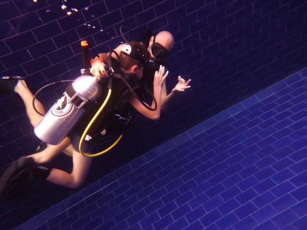 Baptême de plongée dans la piscine du centre de plongée Warnakali Nusa Penida Bali