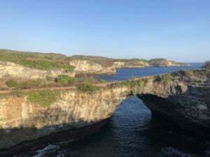 Nusa Penida aller de Crystal Bay à broken Beach à pied broken beach en fin d'après-midi